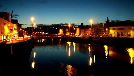 De rivier Lee loopt door het centrum van de stad Cork