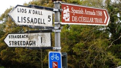 Señal indicativa del Cuéllar Trail en Condado de Sligo