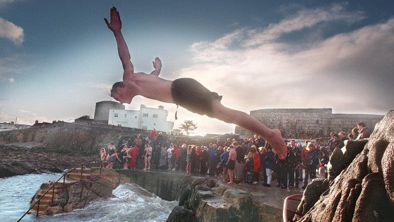 "Diving head first into the Irish Sea on Christmas Day fourni par <a href=""http://www.irishtimes.com/"" >Irish Times</a>"