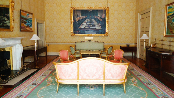 "The Council of State room aangeboden door <a href=""http://www.president.ie/media-gallery/photo-gallery/?album=6&gallery=55&nggpage=4"" >Richie McCann/President.ie</a>"