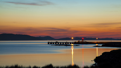 "Lough Swilly Pier aangeboden door <a href=""http://www.visitinishowen.com/"" >Adam Porter/Visit Inishowen</a>"