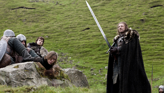 "Ned Stark beheading a Night's Watch deserter (Cairncastle, County Antrim) fourni par <a href=""http://www.hbo.com/game-of-thrones"" >© HBO</a>"