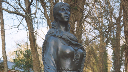 "The statue of Grace O'Malley aangeboden door <a href=""http://www.westporthouse.ie/"" >Westport House</a>"
