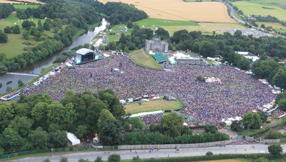 """Vista aerea del concerto di Slane 2013 - foto di Fran Caffrey  fornito da <a href=""""http://www.newsfile.ie/"""" >Fran Caffrey </a>"""