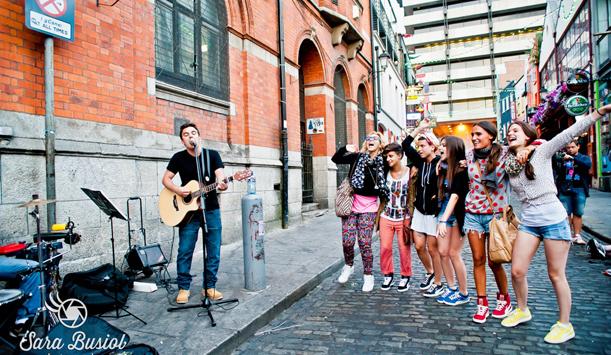 I concorrenti di X Factor cantano con un musicista di strada - foto di Sara Busiol