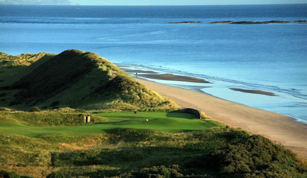 "Royal Portrush, County Antrim ofrecido por <a href=""http://www.amazon.com/Golf-Courses-Great-Britain-Ireland/dp/0847835723"" >David Cannon</a>"