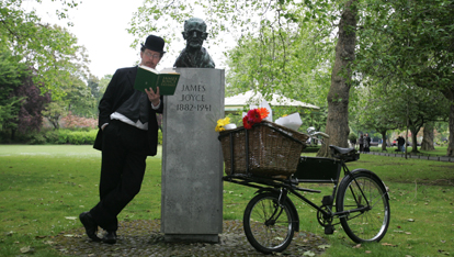 "Joyce's bust in St Stephen's Green  aangeboden door <a href=""http://jamesjoyce.ie/"" >The James Joyce Centre</a>"