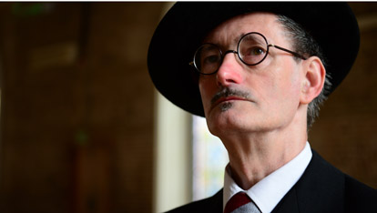 "Millner John Shevlin as James Joyce fornito da <a href=""http://jamesjoyce.ie/"" >The James Joyce Centre</a>"
