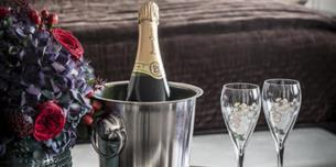 Romatic overnight stay with breakfast champagne oysters and complimentary late checkout